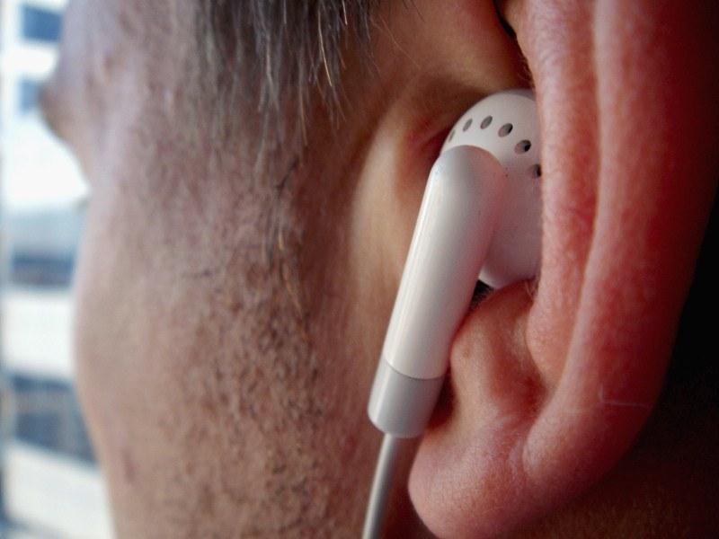 Audiobook to propozycja dla tych, którym nie chce się taszczyć ze sobą książek /Getty Images/Flash Press Media