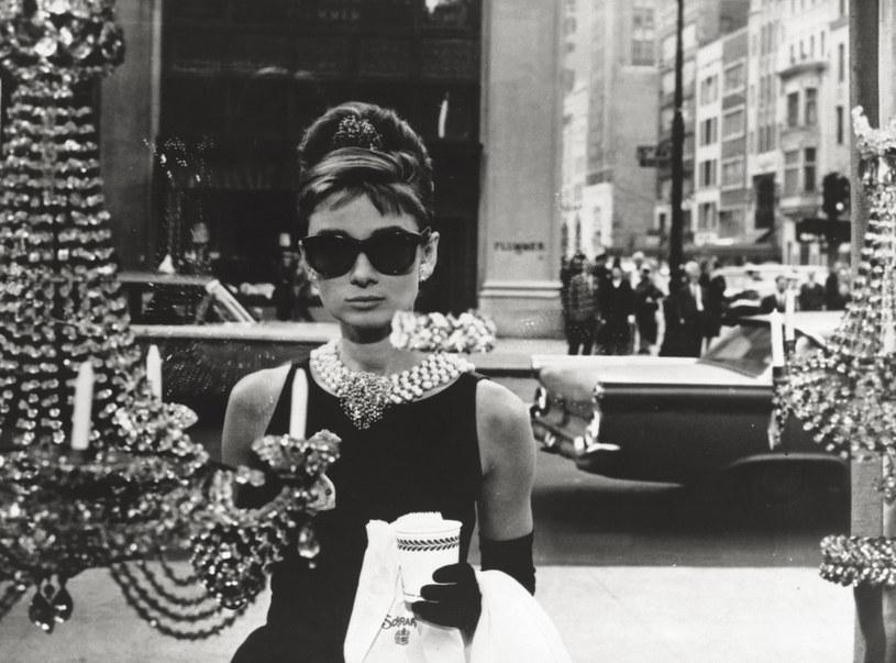 """Audrey Hepburn miała na sobie małą czarną w """"Śniadaniu u Tiffaniego"""", stając się ikoną mody tamtych czasów /Getty Images"""