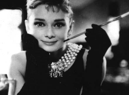 """Audrey z papierosem w filmie """"Śniadanie u Taffany'ego"""" /arch. AFP"""