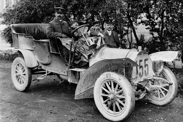 August Horch  w pochodzącym z 1906  roku samochodzie własnej konstrukcji / kliknij /INTERIA.PL