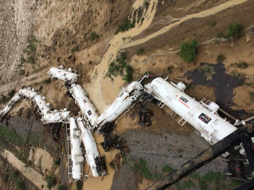 Australia: Wykoleił się pociąg z 200 tys. litrów kwasu siarkowego /QUEENSLAND POLICE  /PAP/EPA