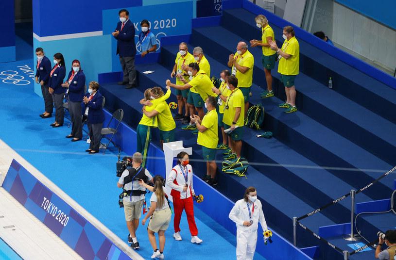 Australijczycy cieszą się po ceremonii medalowej - w objęciach trener Boxall i zawodniczka Titmus /Rob Carr /East News