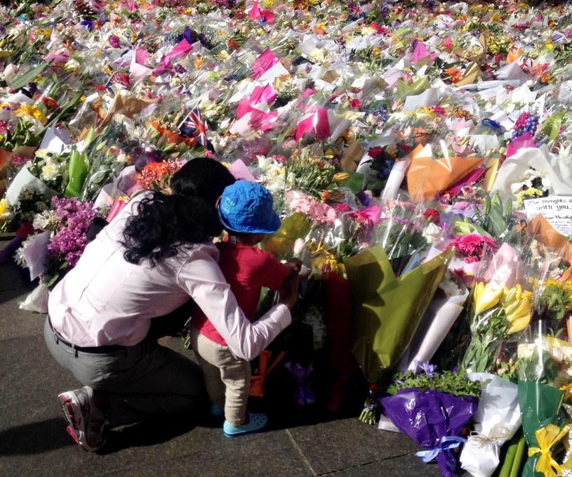 Australijczycy składają hołd ofiarom ataku terrorysty. /PAP/EPA