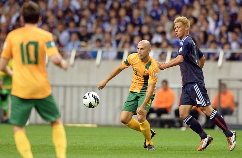 Australijczyk Mark Bresciano i Keisuke Honda /AFP