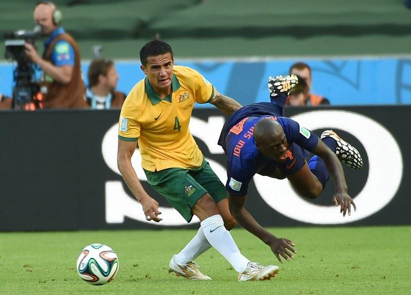 Australijczyk Tim Cahill i Bruno Martins Indi /AFP