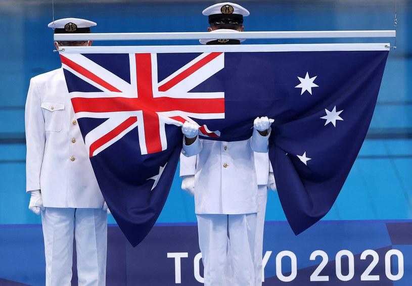 Australijska flaga wciągana na maszt w trakcie igrzysk w Tokio / David Ramos / Staff /Getty Images