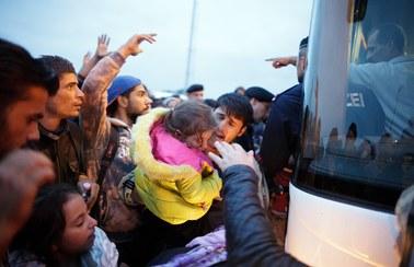 Austria: 1,5 tys. uchodźców przybyło na granicę w nocy. Kanclerz Austrii: Węgrzy wywołują chaos