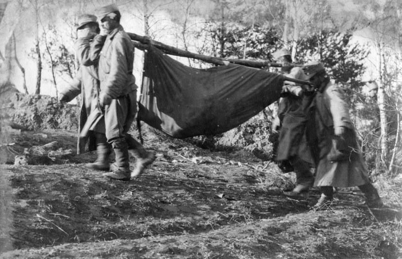 Austriacko-węgierscy żołnierze zbierają ciała swoich zabitych w Bitwie Limanowskiej /Agencja FORUM