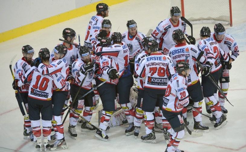 Austriacy cieszą się z awansu na igrzyska olimpijskie w Soczi /PAP/EPA