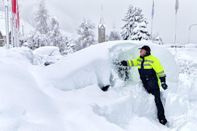 Auta w niektórych miejscach przysypała kilkumetrowa warstwa śniegu /PAP/EPA