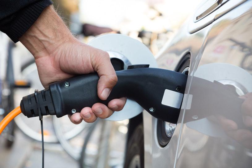 Auta z napędem elektrycznym zasilane są energią pochodzącą z akumulatorów, które wcześniej są ładowane przy użyciu typowego dla określonego modelu gniazda. Napełnienie akumulatorów trwa średnio 6 godzin, a koszt zużycia energii to około 7 złotych na 100 km przejechanej trasy /123RF/PICSEL