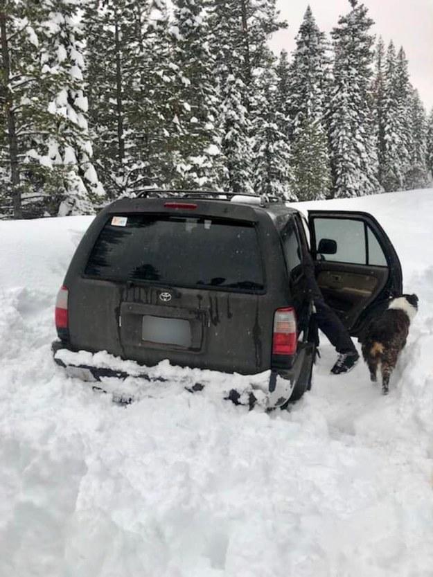 Auto Jeremy'ego już po wyciągnięciu z zaspy /foto. Deschutes County Sheriff's Office /