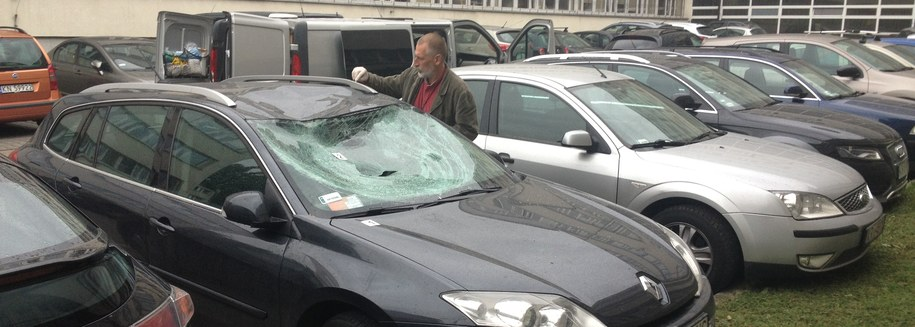 Auto, które zniszczył diler po skoku przez okno /Maciej Grzyb /RMF FM