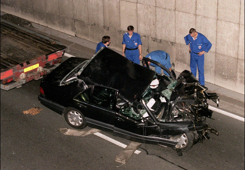 Auto, którym podróżowała księżna Diana zostało doszczętnie zniszczone w wypadku w tunelu Alma w Paryżu /Abaca /East News
