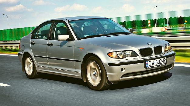 Auto na zdjęciach to model po liftingu z 2001 r. Najłatwiej rozpoznać go po szerszym grillu i wyoblonych światłach z przezroczystym kloszem kierunkowskazów. /Motor
