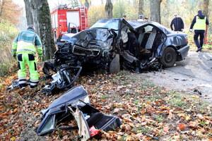 Auto uderzyło w drzewo. Trzy osoby nie żyją