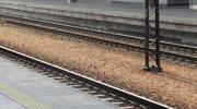 Auto utknęło między rogatkami, pociąg otarł się o mercedesa