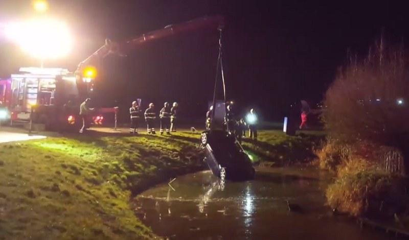 Auto utknęło w wodzie kołami do góry /Medemblik Actueel /YouTube