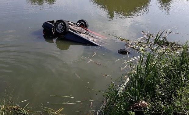 Auto wpadło do stawu. W środku były cztery osoby