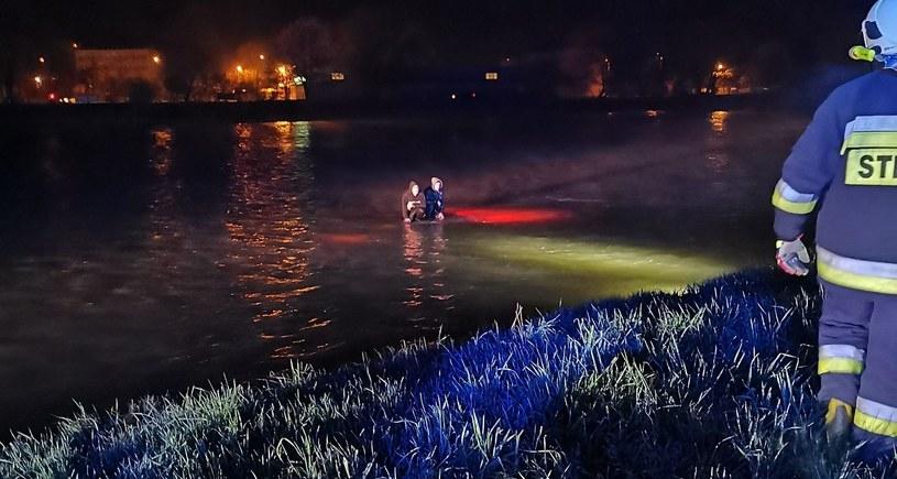 Auto wpadło do wody w Sanoku / OSP Sanok - Olchowce /