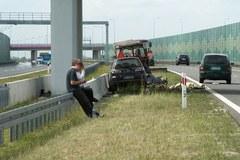 Auto wpadło w koszących trawę przy A1
