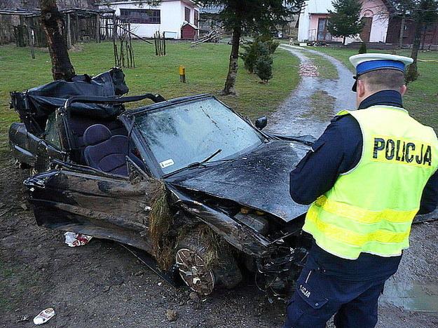 Auto wypadło z drogi. Zginął 23-latek /Policja