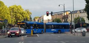 Autobus blokuje skrzyżowanie. Winny cykl świateł?