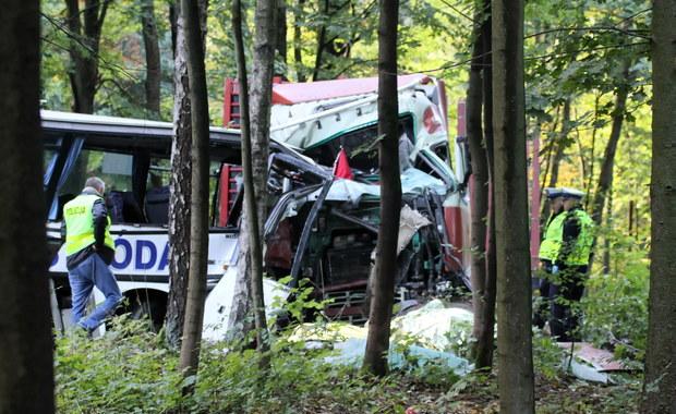 Autobus przewożący dzieci zderzył się z ciężarówką. Są ofiary
