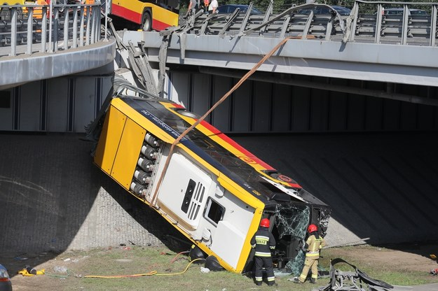 Autobus spadł z wiaduktu na trasie S8 /Paweł Supernak /PAP
