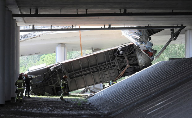 Autobus spadł z wiaduktu w Warszawie: Trwa kontrola w firmie zatrudniającej kierowcę