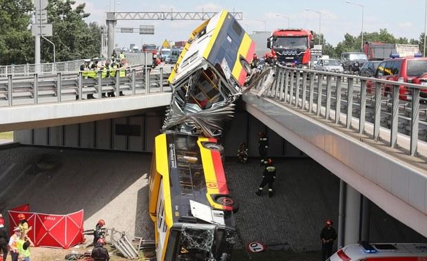 Autobus spadł z wiaduktu w Warszawie: Zginęła pasażerka, kilkanaścioro rannych w szpitalach