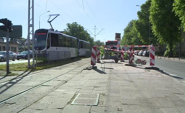 Autobus staranował dwa przystanki po zderzeniu z SUV-em w Szczecinie