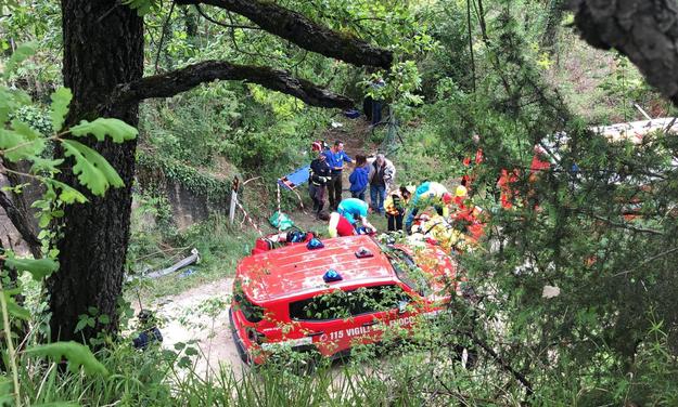 Autobus stoczył się ze skarpy / FABIO DI PIETRO /PAP/EPA