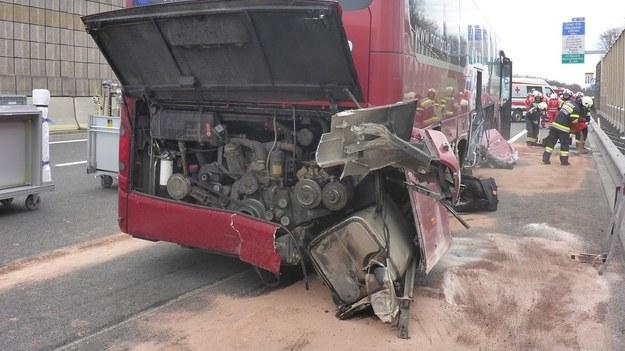 Autobus wpadł w poślizg i wjechał w barierkę /FF Raaba/Langler  /