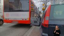 Autobus wyłamał drzwi osobówki. Z czyjej winy?