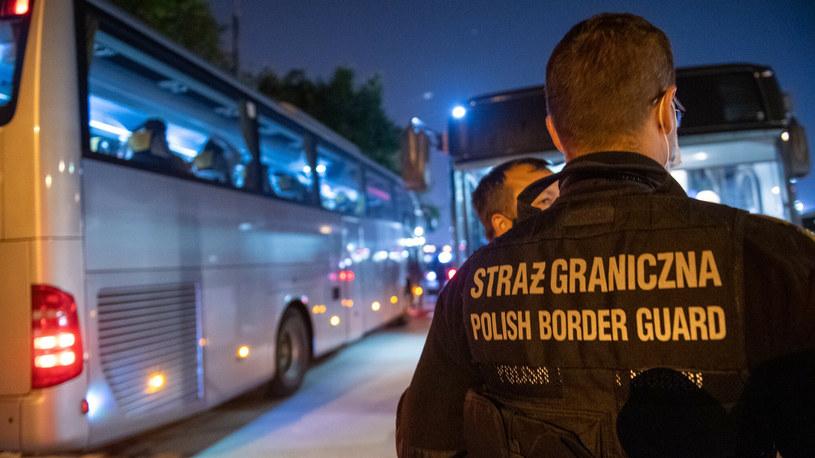 Autobus z osobami ewakuowanymi z Kabulu na lotnisku wojskowym w Warszawie. /st. szer. Wojciech Krol/CO MON/East News /East News