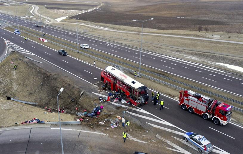 Autobus zbyt późno zaczął hamować przed zjazdem na MOP. Kierowca zwolnił do 45 km/h, ale i tak autobus pojechał prosto, na bariery energochłonne /Darek Delmanowicz /PAP