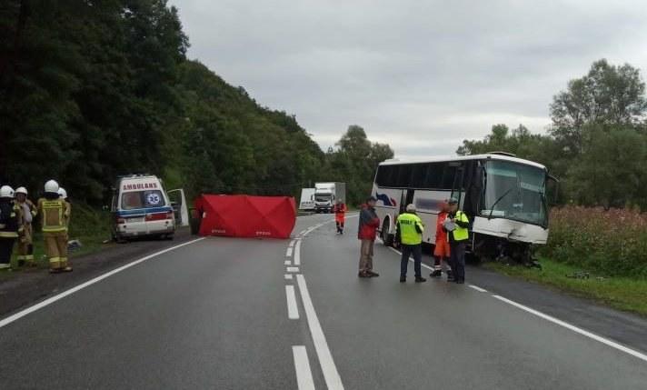 Autobus zderzył się czołowo z osobówką na łuku drogi krajowej 75 (Źródło: Policja Małopolska) /Policja