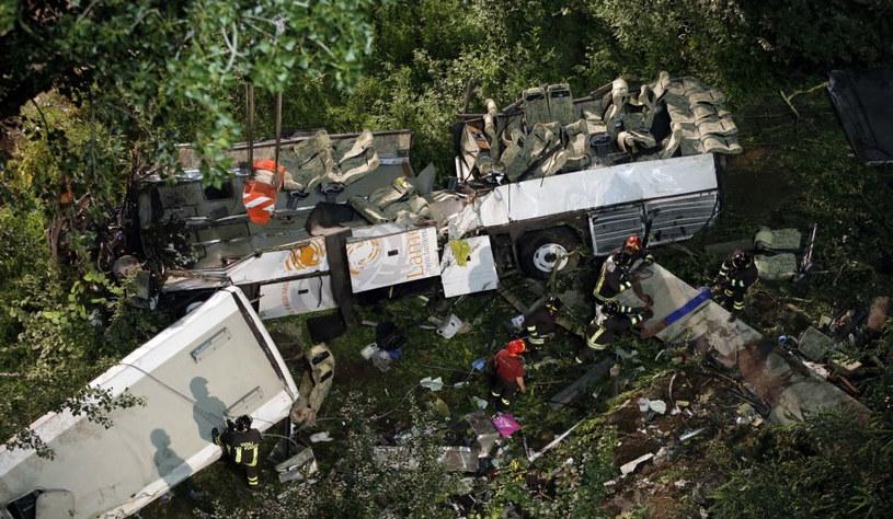 Autokar przebił barierkę na autostradzie i spadł 25-30 metrów ze skarpy w pobliżu Avellino. /fot. La Repubblica.it /materiały prasowe