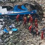 Autokar spadł z klifu. Co najmniej 25 osób zginęło