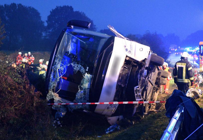 Autokar uderzył w barierkę i przewrócił się na bok /Daniel Bockwoldt /East News