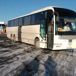 Autokar z dziećmi po śniegu na łysych oponach