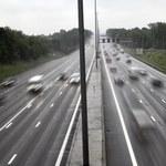 Autokar z turystami ostrzelany na autostradzie, są ranni
