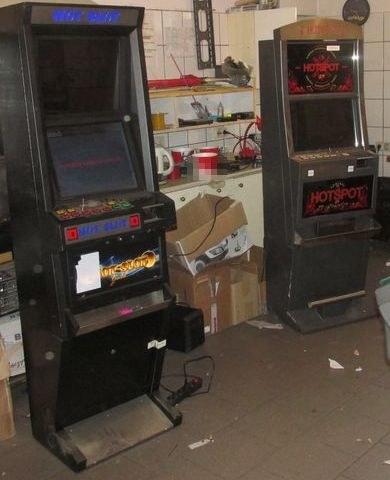 Automaty były wewnątrz domu oraz w przyległych budynkach gospodarczych /Policja Opolska /Materiały prasowe