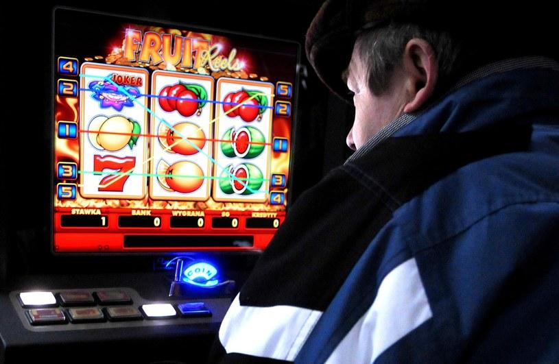 """Automaty gier losowych małych wygranych tzw. """"Jednoręki bandyta"""" /Piotr Kamionka /Reporter"""