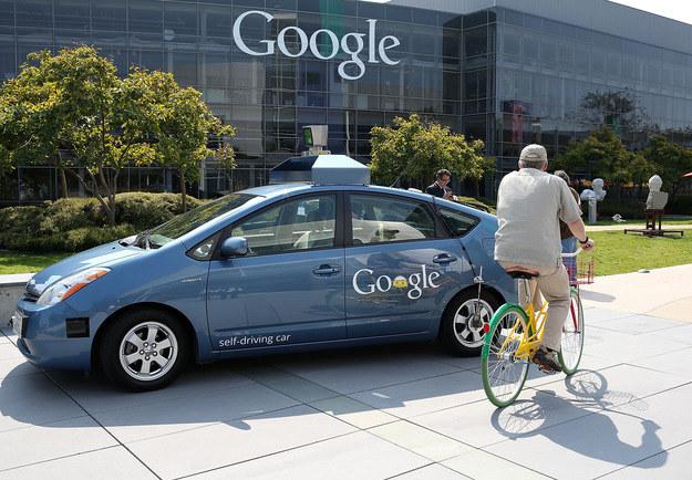Autonomiczne samochody Google już od jakiegoś czasu jeżdżą po ulicach miast /AFP