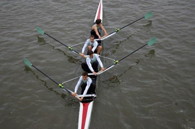 Autor pracy wraz z wioślarzami Cambridge University Boat Club. /Danny Longman /Materiały prasowe