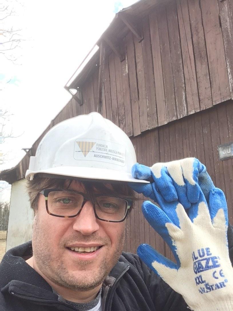 Autor w trakcie prac rozbiórkowych domu, który został po wojnie zbudowany z baraków obozu zagłady /Marcin Kącki /materiał zewnętrzny