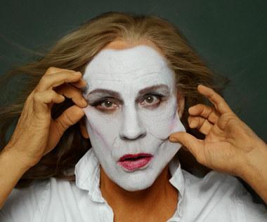 Autor zdjęć Sandro Miller mieszka i pracuje w Chicago. Jest znanym fotografem komercyjnym, realizuje też również projekty artystyczne. Z aktorem Johnem Malkovichem współpracuje od niemal dwudziestu lat. Pracują nie tylko przy sesjach dla magazynów ilustrowanych, ale także realizując autorskie projekty fotograficzne i filmowe.  Na zdjęciu - John Malkovich jako Meryl Streep z portretu Annie Leibovitz z 1981 roku.