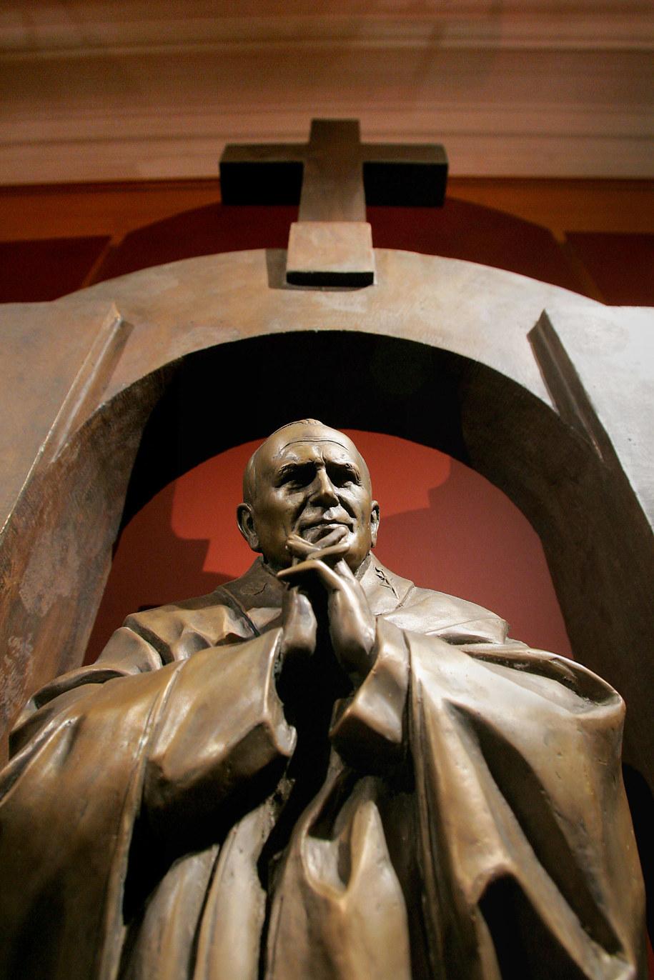 Autorem pomnika jest pochodzący z Gruzji rosyjski rzeźbiarz. Na zdjęciach z 2006 roku model, pokazywany w galerii artysty w Moskwie / Belousov Vitaly /PAP/EPA